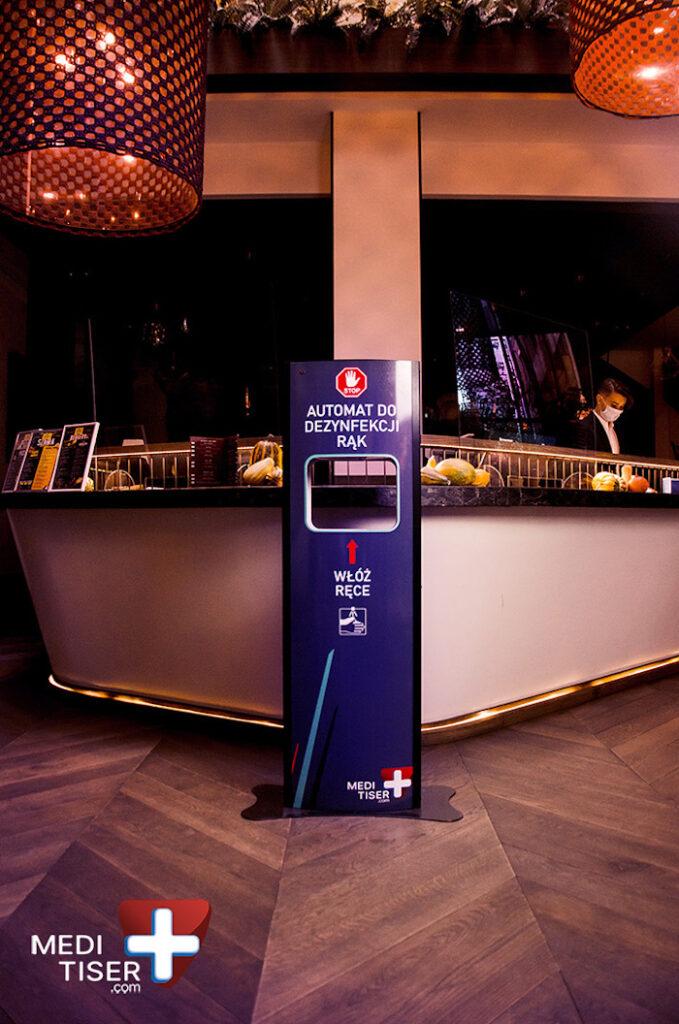 Stacja do dezynfekcji rąk w restauracji